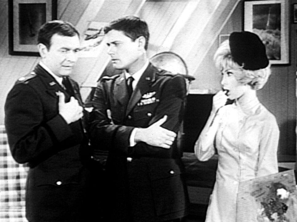 Roger (Bill Daily, l.) macht seinem Freund Tony (Larry Hagman, M.) den Vorschlag, Jeannie (Barbara Eden, r.) als die Urheberin eines Bildes von Remb... - Bildquelle: Columbia Pictures