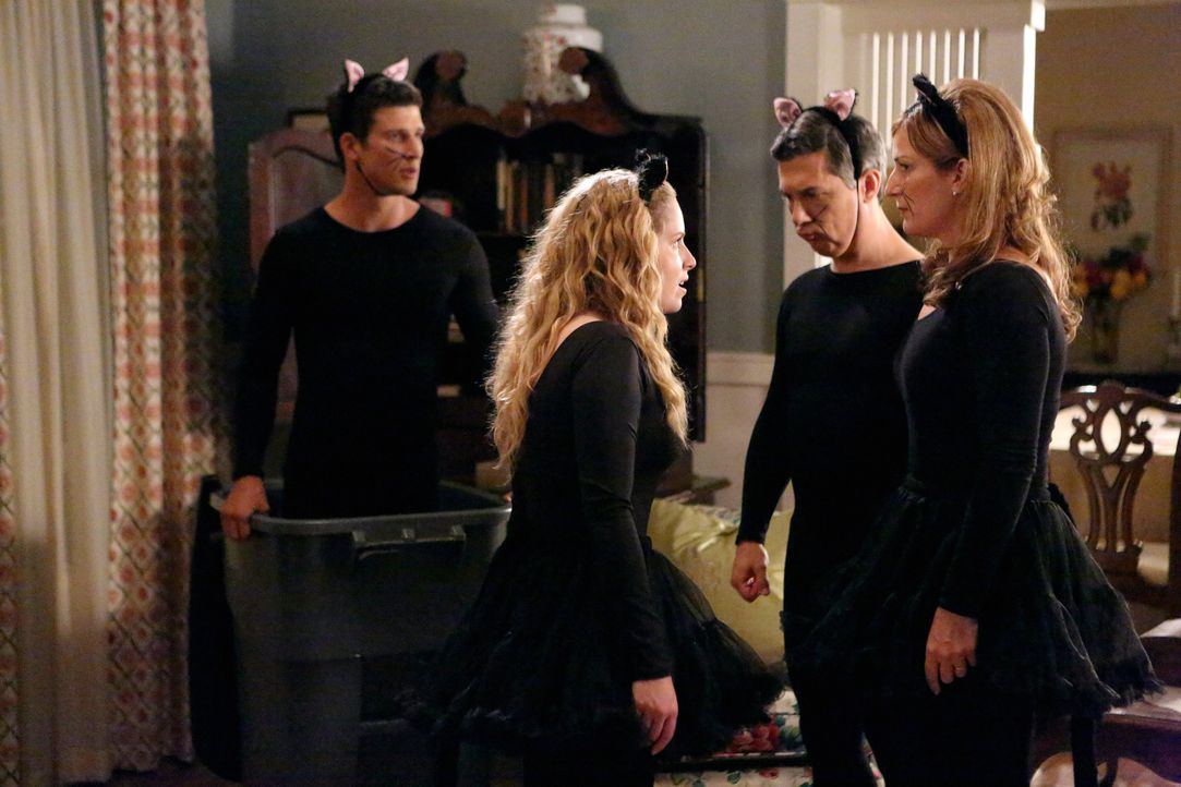 Was ist nur bei dem Shays los? Lisa (Allie Grant, 2.v.l.), Sheila (Ana Gasteyer, r.), Fred (Chris Parnell, 2.v.r.) und Ryan (Parker Young, l.) ... - Bildquelle: Warner Bros. Television