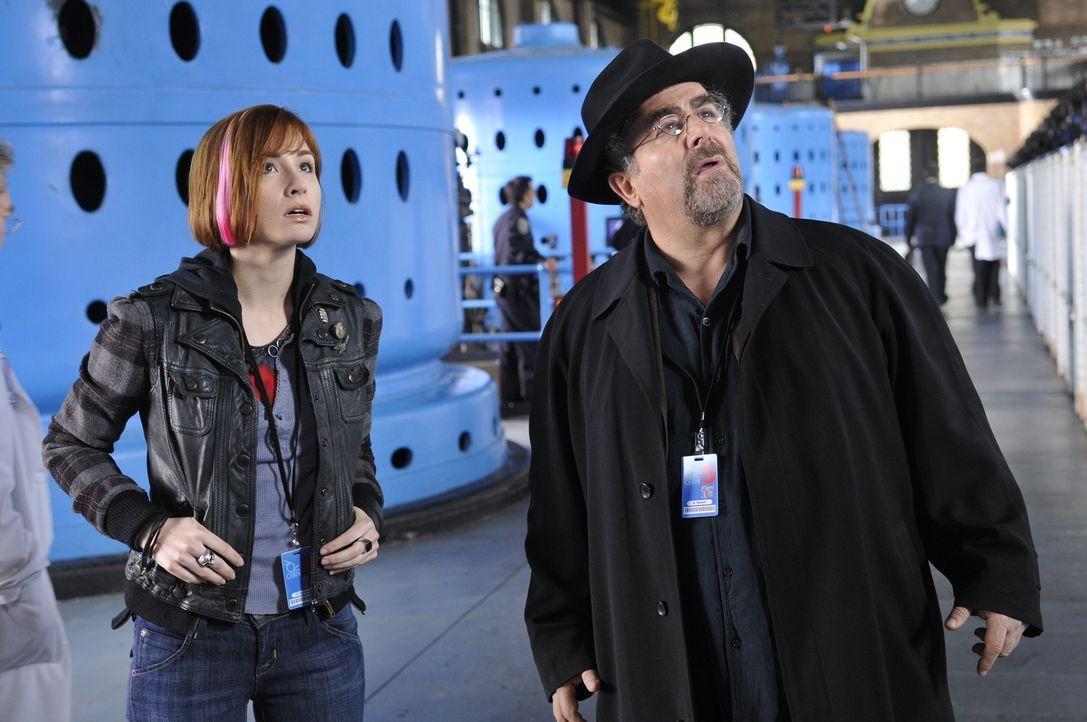 Artie (Saul Rubinek, r.) glaubt Claudia (Allison Scagliotti, l.), dass sie keine Doppelagentin ist und will ihr helfen, MacPherson aufzuhalten, bevo... - Bildquelle: Steve Wilkie SCI FI Channel
