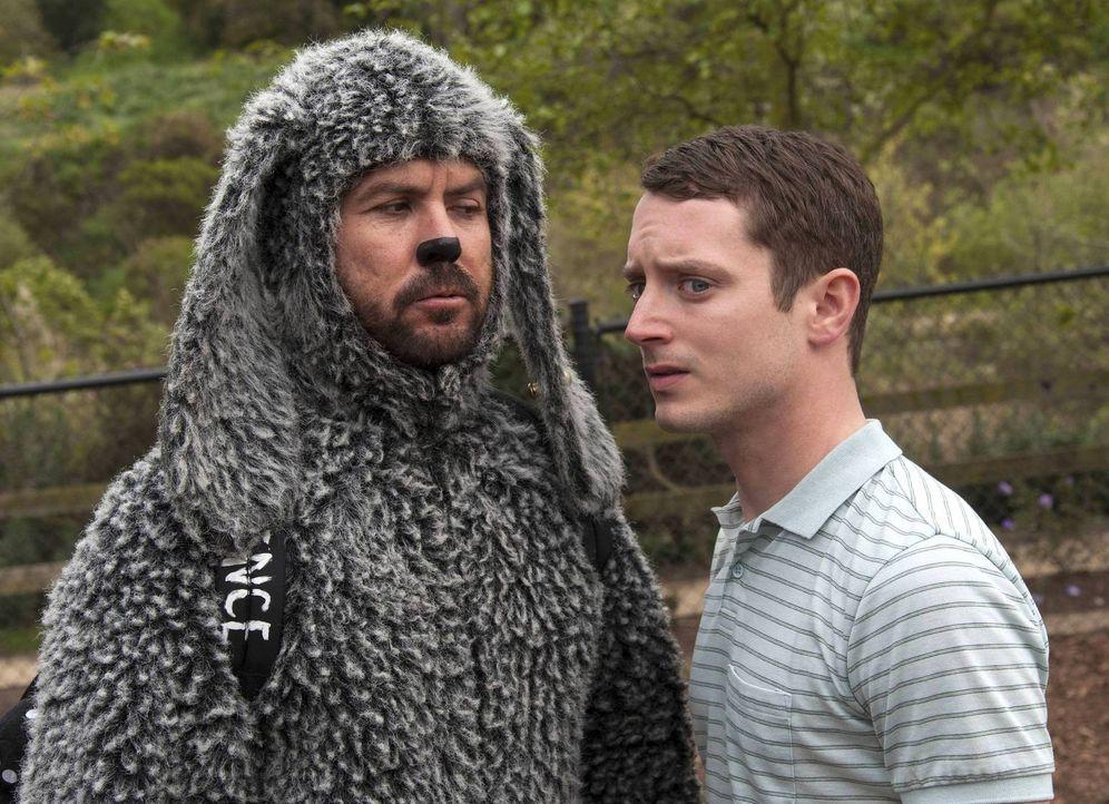 Als Wilfred (Jason Gann, l.) erfährt, warum er mit Ryan (Elijah Wood, r.) zur Hundeschule soll, macht er das Beste draus - für sich das Beste ... - Bildquelle: 2013 Bluebush Productions, LLC. All rights reserved.