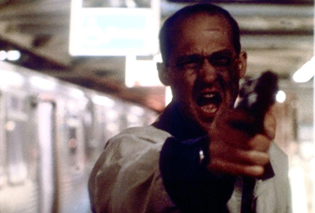 Als Dr. Greene (Anthony Edwards) von einigen Jugendliche in der U-Bahn überfallen wird, zückt er seine Waffe ... - Bildquelle: TM+  2000 WARNER BROS.