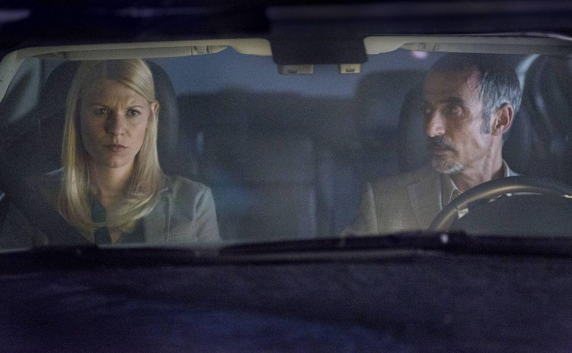 Während Saul weiterhin versucht, Javadi (Shaun Toub, r.) zu rekrutieren, muss Carrie (Claire Danes, l.) eine polizeiliche Ermittlung verhindern ... - Bildquelle: 2013 Twentieth Century Fox Film Corporation. All rights reserved.