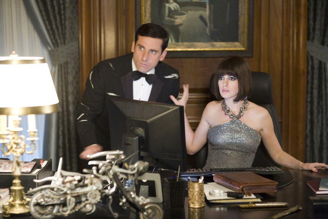 Schon bald erkennen Agentin 99 (Anne Hathaway, r.) und Analytiker Smart (Steve Carell, l.), dass der KAOS-Agent Siegfried und sein Sidekick Shtarker... - Bildquelle: Warner Brothers
