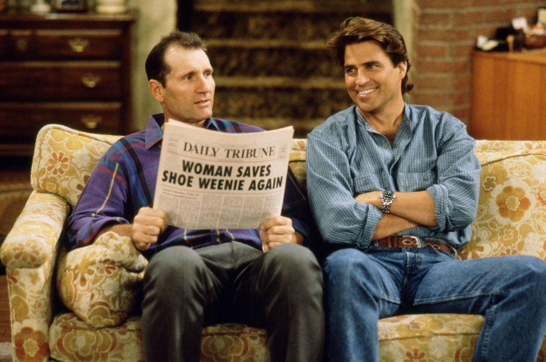 Können sich gemeinsam herrlich über ihre Frauen aufregen: Schuhverkäufer Al Bundy (Ed O'Neill, l.) und sein smarter Nachbar Jefferson D'Arcy (Ted Mc... - Bildquelle: 1995, 1996 ELP Communications. All Rights Reserved.