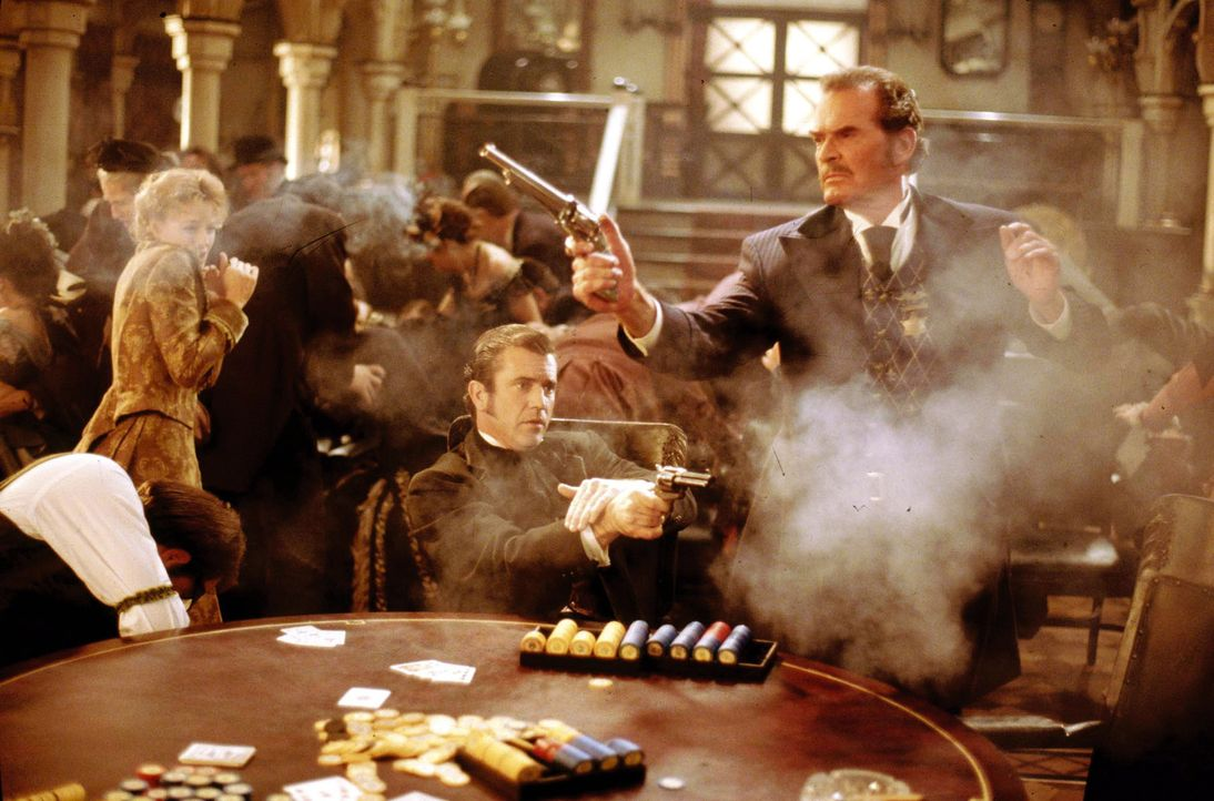 Wenn es ums Pokern geht, kennen Zane Cooper (James Garner, r.) und Maverick (Mel Gibson, M.) keinen Spaß ... - Bildquelle: Warner Bros. Pictures