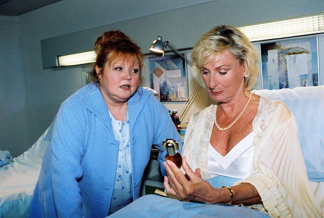 Frau Müller (Franziska Troegner, l.) und Frau von Kockwitz (Karin Rasenack, r.) liegen in einem Zimmer und machen sich gegenseitig durch kleine Stre... - Bildquelle: Monika Schürle Sat.1