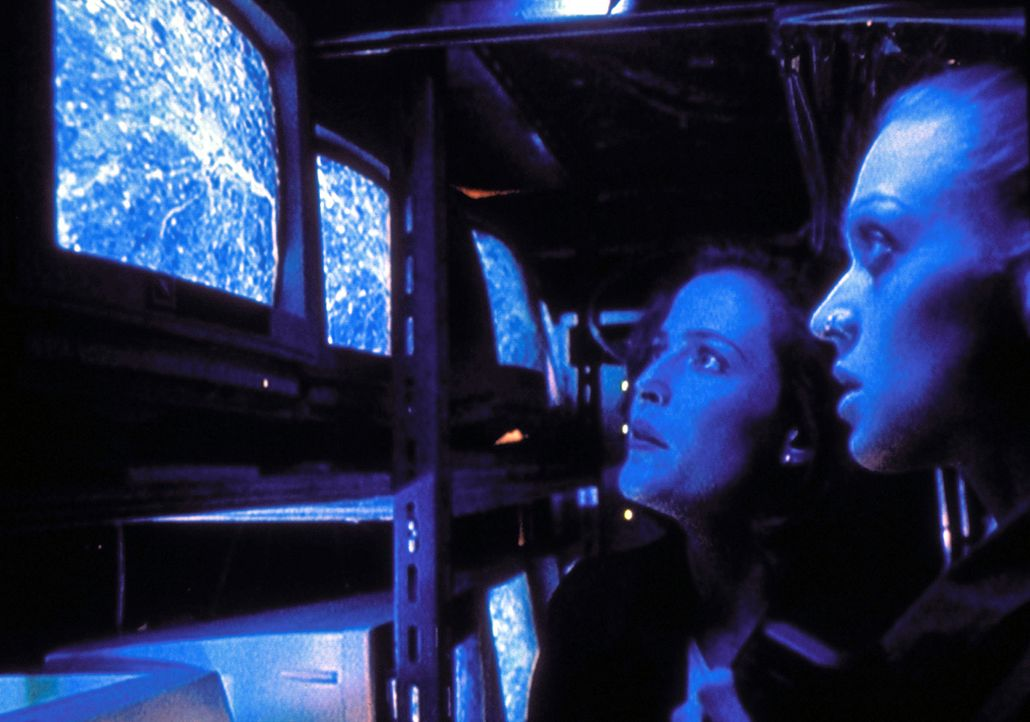 Scully (Gillian Anderson, l.) und die geniale Programmiererin Invisigoth (Kristin Lehman) müssen feststellen, dass sie zur Zielscheibe einer Waffenp... - Bildquelle: TM +   2000 Twentieth Century Fox Film Corporation. All Rights Reserved.