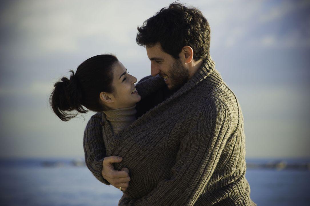 Eigentlich sind Adrian (Quim Gutiérrez, r.) und seine Freundin Belen (Clara Lago, l.) richtig glücklich miteinander, wenn der Dirigent des Philharmo... - Bildquelle: Twentieth Century Fox Film Corporation. All rights reserved.