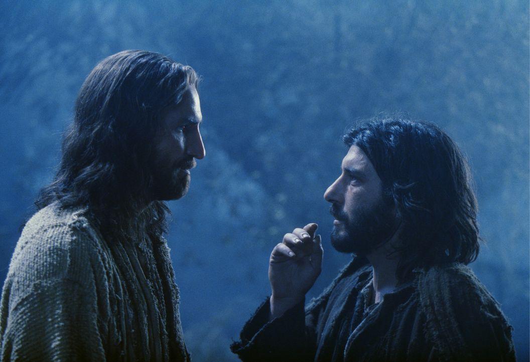Während Jesus (James Caviezel, l.) nach dem Abendmahl im Garten Gethsemane dem Satan widersteht, obwohl er in einer Vision erfährt, was ihm in den... - Bildquelle: Icon Film Distribution Ltd.