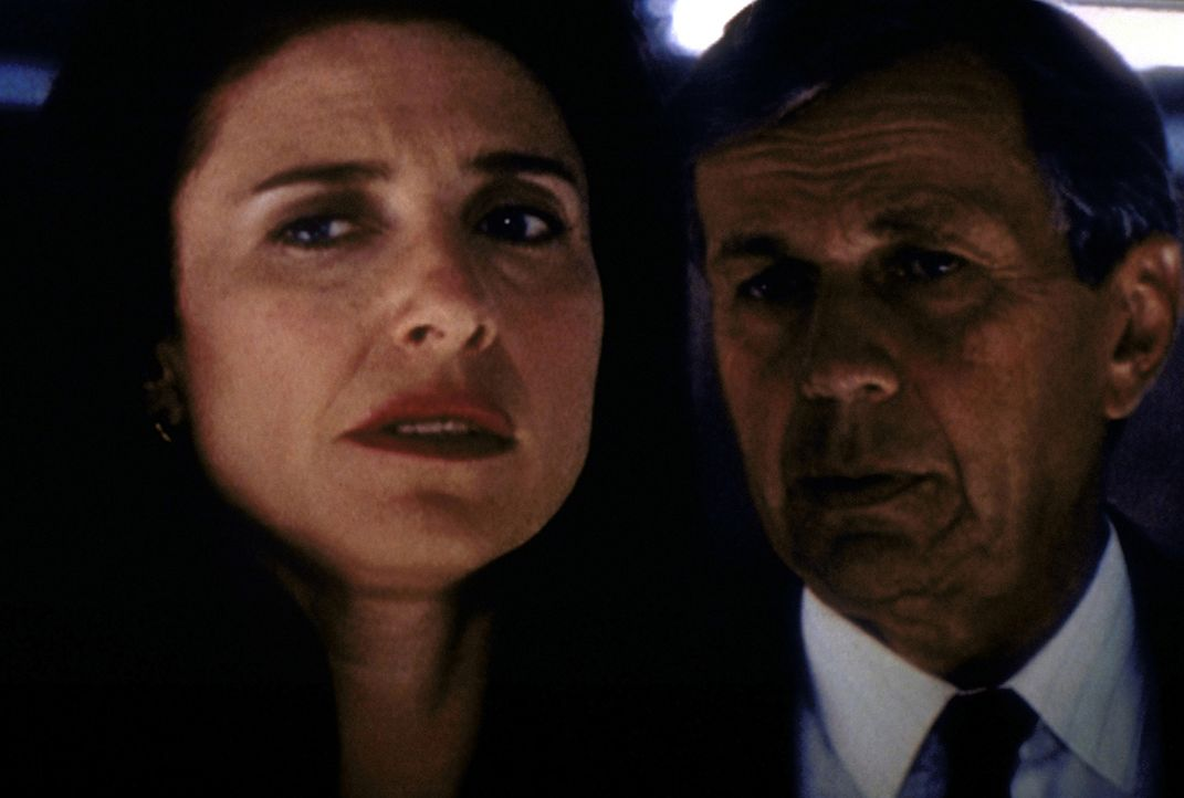 Während der Raucher (William B. Davis, r.) bei Mulder einen unglaublichen Eingriff vornehmen lassen will, unternimmt Diana Fowley (Mimi Rogers, l.)... - Bildquelle: TM +   2000 Twentieth Century Fox Film Corporation. All Rights Reserved.