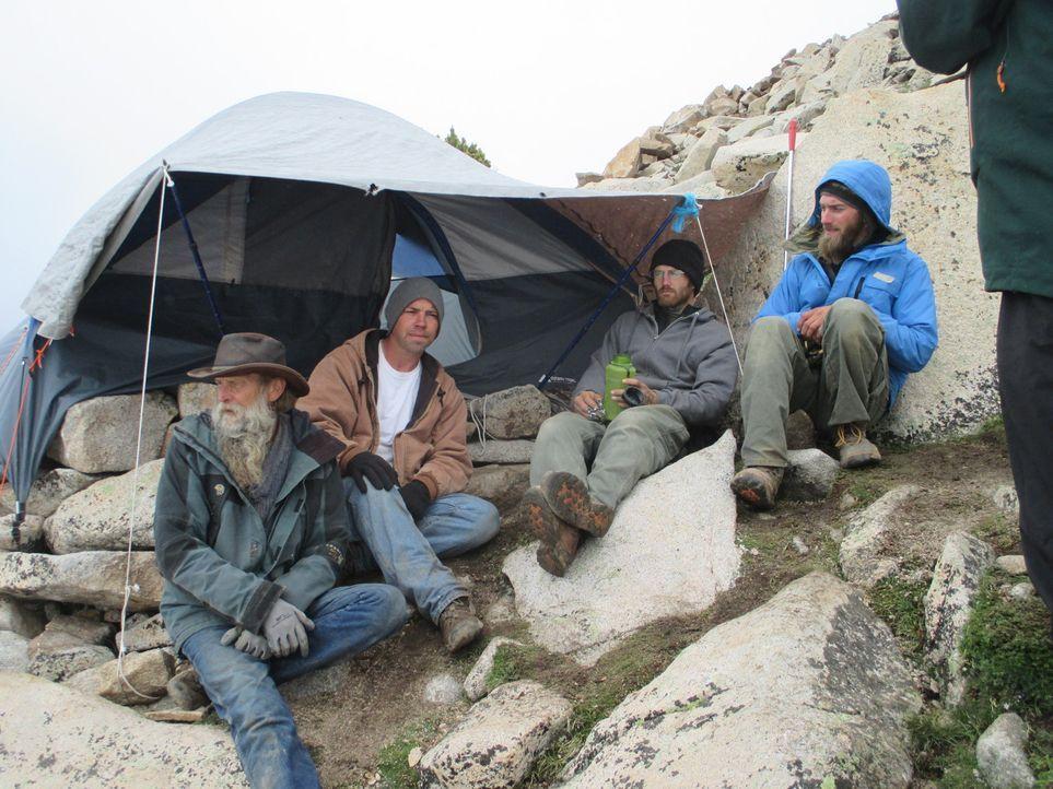 Die Höhenlage und mächtige Granitsteine erschweren Dwayne (l.) und seinem Team die Edelsteinsuche ... - Bildquelle: High Noon Entertainment, 2015