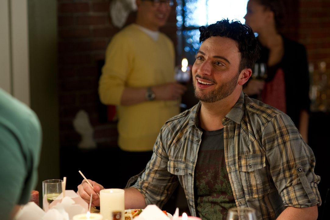 Victor Reis (Salvatore Antonio) freut sich auf einen entspannten Abend mit Shahir. - Bildquelle: 2012  Hope Zee One Inc.