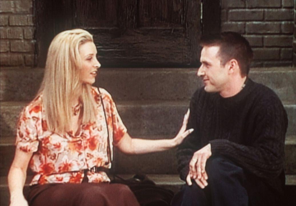 Phoebe (Lisa Kudrow, l.) wird von einem jungen Mann (David Arquette, r.) verfolgt, was ihr unheimlich ist, doch eine Unterhaltung mit ihm belehrt si... - Bildquelle: TM+  2000 WARNER BROS.