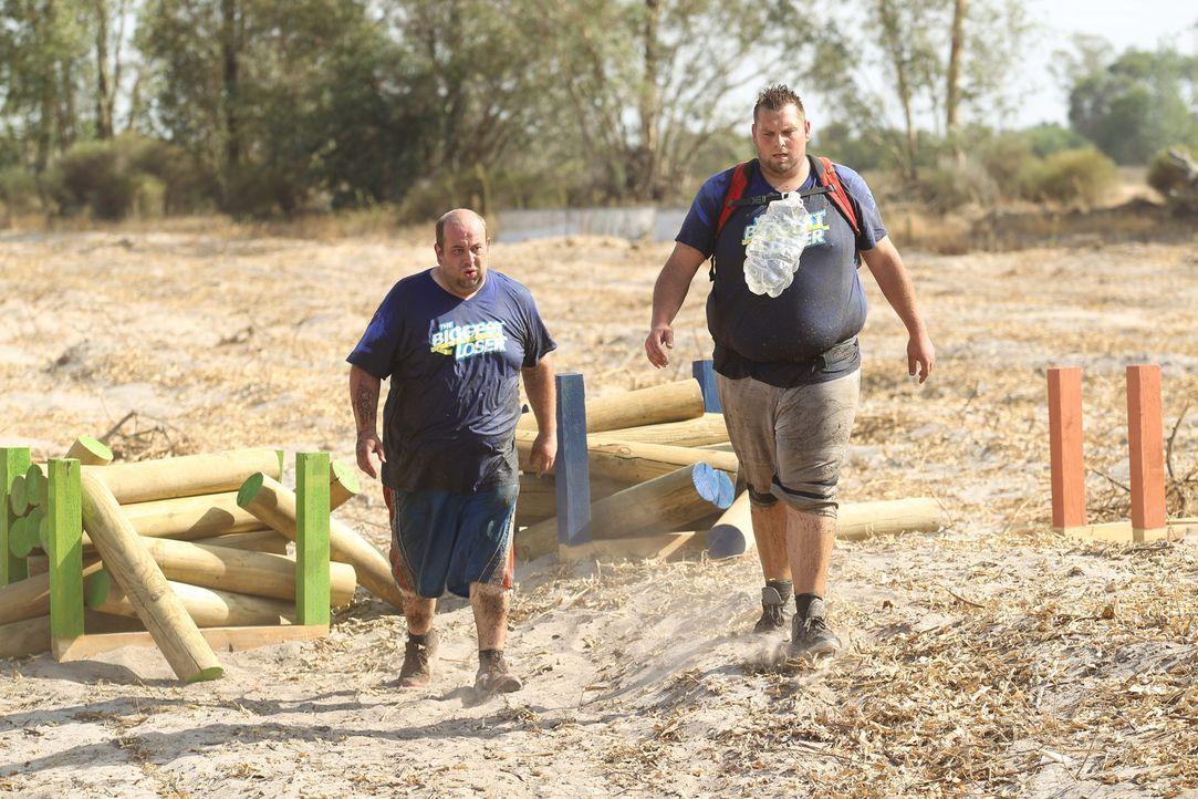 Bevor Lukas (r.) und Björn (l.) in ihre Quartiere kommen, müssen sie einen 5 km langen Hindernislauf unter der brennenden Sonne Andalusiens bewältig... - Bildquelle: Enrique Cano SAT.1