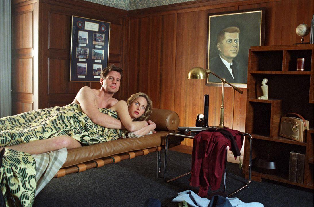 Die Putzfrau findet Felix (Thomas Heinze, l.) und Nina (Sophie von Kessel, r.) im Bett. - Bildquelle: Noreen Flynn Sat.1