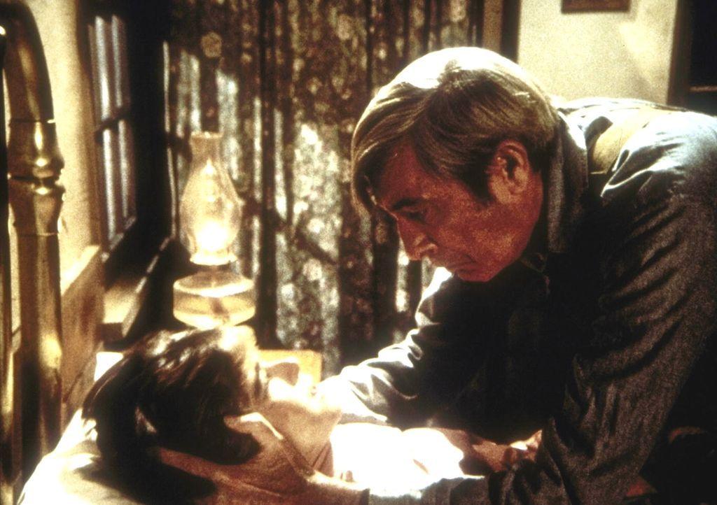 Nachdem Sylvia Webb (Olivia Barash, l.) im Wald von einem Unbekannten vergewaltigt wurde, hat sie sich zu ihrem Vater (Royal Dano, r.) geflüchtet un... - Bildquelle: Worldvision