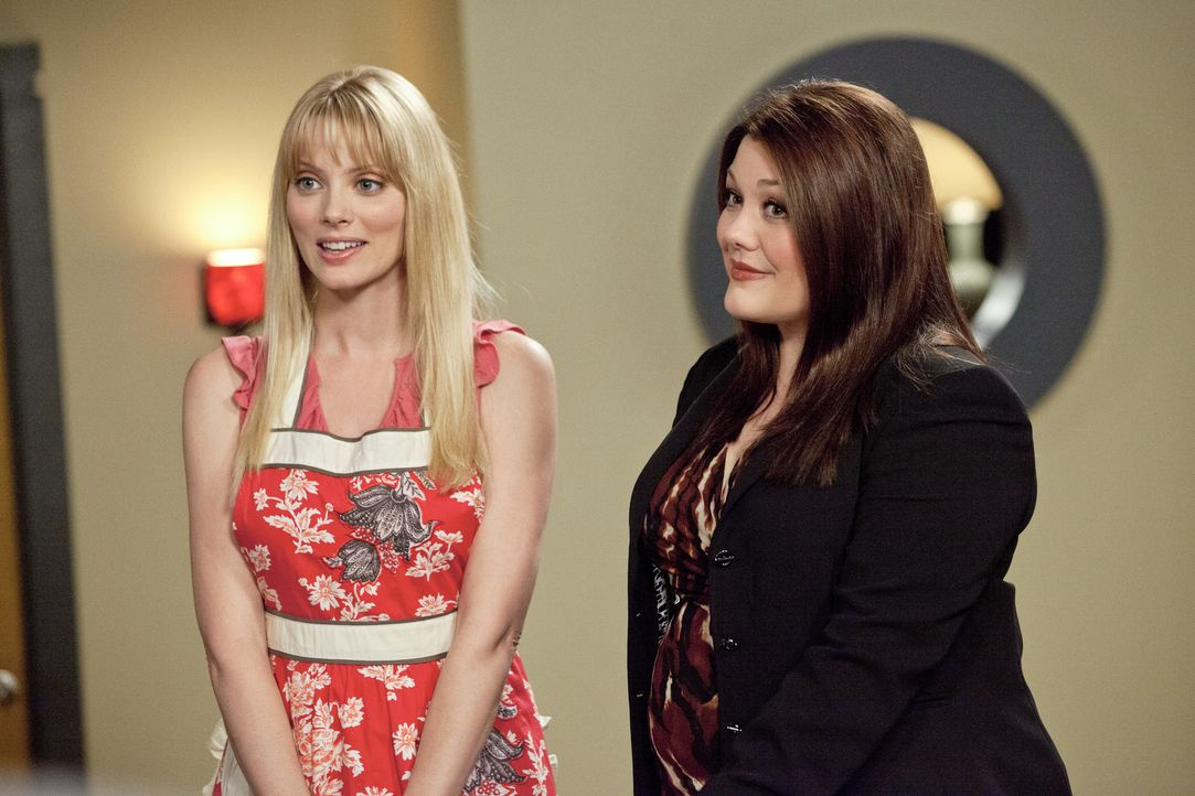 Kann Stacy (April Bowlby, l.) Jane (Brooke Elliott, r.) als Sponsorin für ihre eigene Bäckerei gewinnen? - Bildquelle: 2012 Sony Pictures Television Inc. All Rights Reserved.
