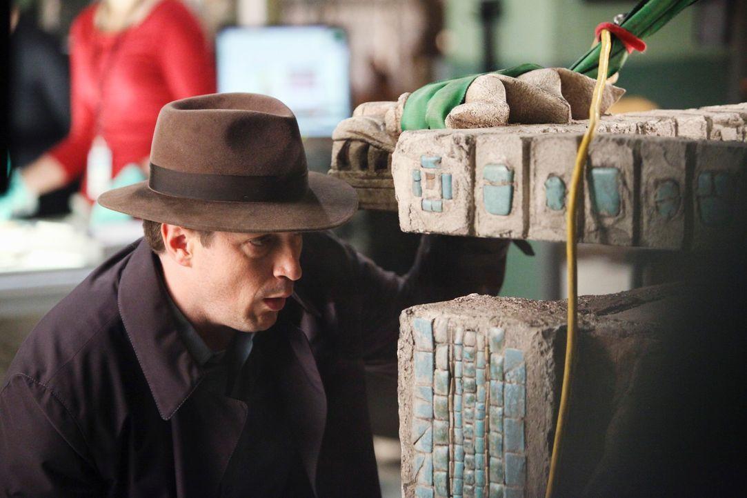 Richard Castle (Nathan Fillion) wirft einen Blick in den Sarg des Maya-Königs ... - Bildquelle: ABC Studios