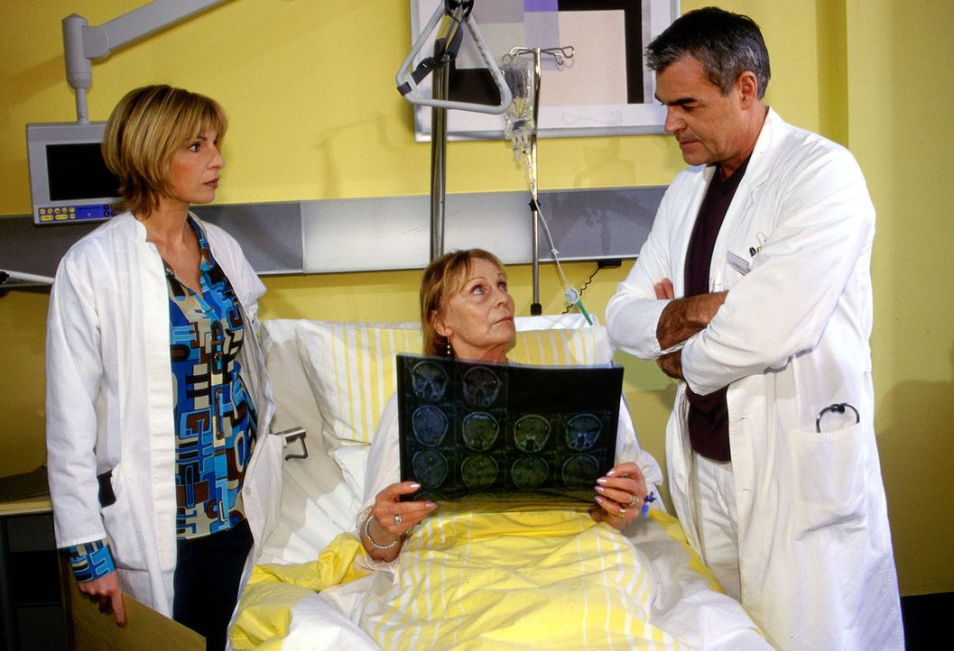 Dr. Sommer (Maria Bachmann, l.) und Dr. Bolten (Michael Greiling, r.) müssen Liliane Kaschuba (Eva Pflug, M.) die Wahrheit über ihren Tumor sagen. - Bildquelle: Claudius Pflug Sat.1
