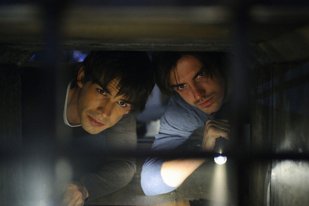 Ein Wettlauf um Leben und Tod: Henry (Christopher Gorham, l.) und Jimmy (C.J. Thomason, r.) machen sich auf die Suche nach Madison. Irgendwo muss da... - Bildquelle: 2009 CBS Studios Inc. All Rights Reserved.