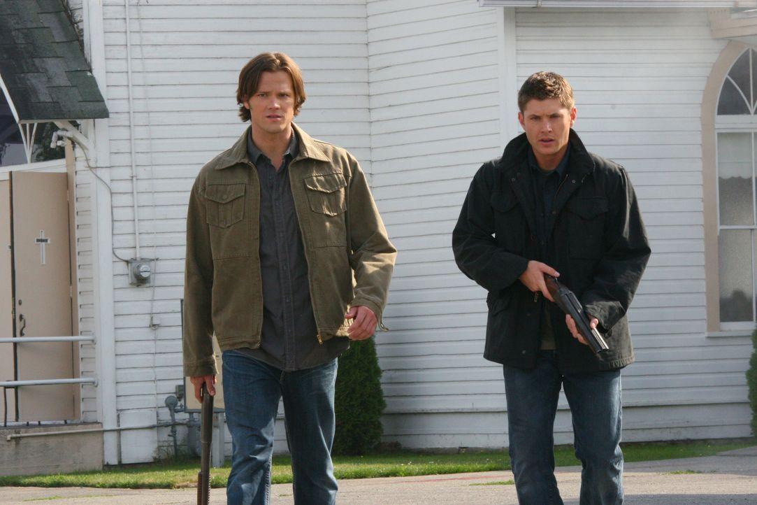Jäger Rufus Turner bittet Bobby, Sam (Jared Padalecki, l.) und Dean Winchester (Jensen Ackles, r.) um Hilfe. In seinem Dorf sollen fast alle Bewohne... - Bildquelle: Warner Bros. Television