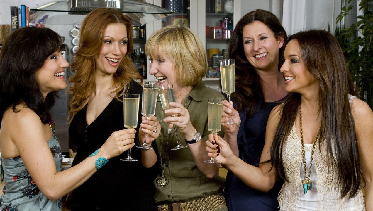 (2. Staffel) - Treffen sich zum Mädelsabend: Estefania Küster (r.), Yasmina Filali (2.v.l.), Miriam Pielhau (l.), Birgit Ehrenberg (2.v.r.) und Ev... - Bildquelle: sixx