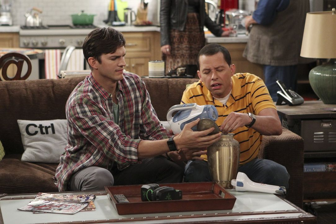 Haben einiges zu tun, um Charlie zurück in seine Urne zu bekommen: Alan (Jon Cryer, r.) und Walden (Ashton Kutcher, l.) ... - Bildquelle: Warner Brothers
