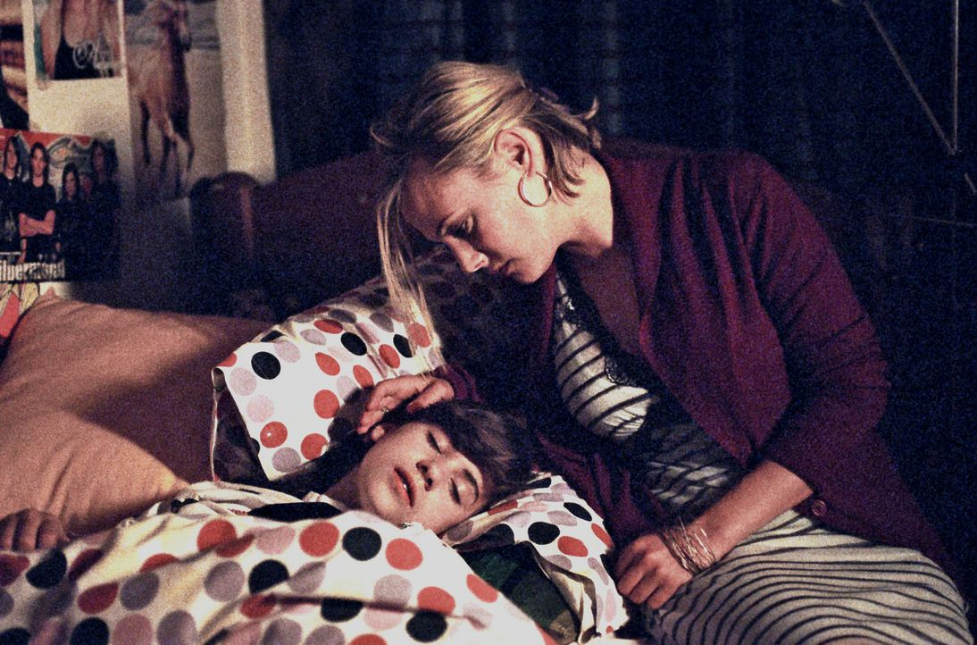 Nachdenklich und besorgt sitzt Johanna (Eva Hassmann, r.) am Bett ihrer schlafenden Tochter Luzie (Roxanne Borski, l.). - Bildquelle: Aki Pfeiffer Sat.1