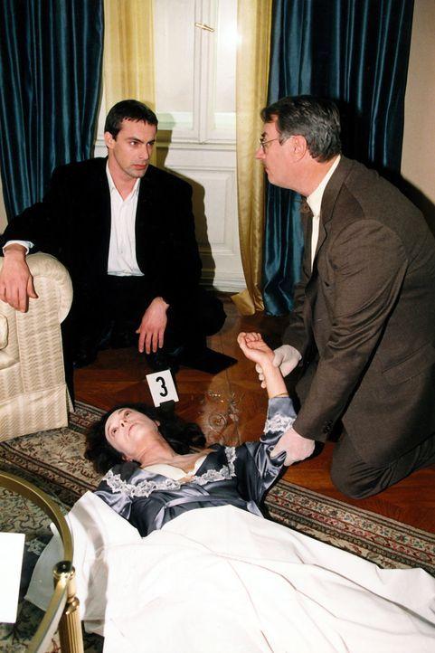 Kommissar Brandtner (Gedeon Burkhard, l.) und Gerichtsmediziner Dr. Graf (Gerhard Zemann, r.) rekonstruieren die Todesursache. - Bildquelle: Ali Schafler Sat.1