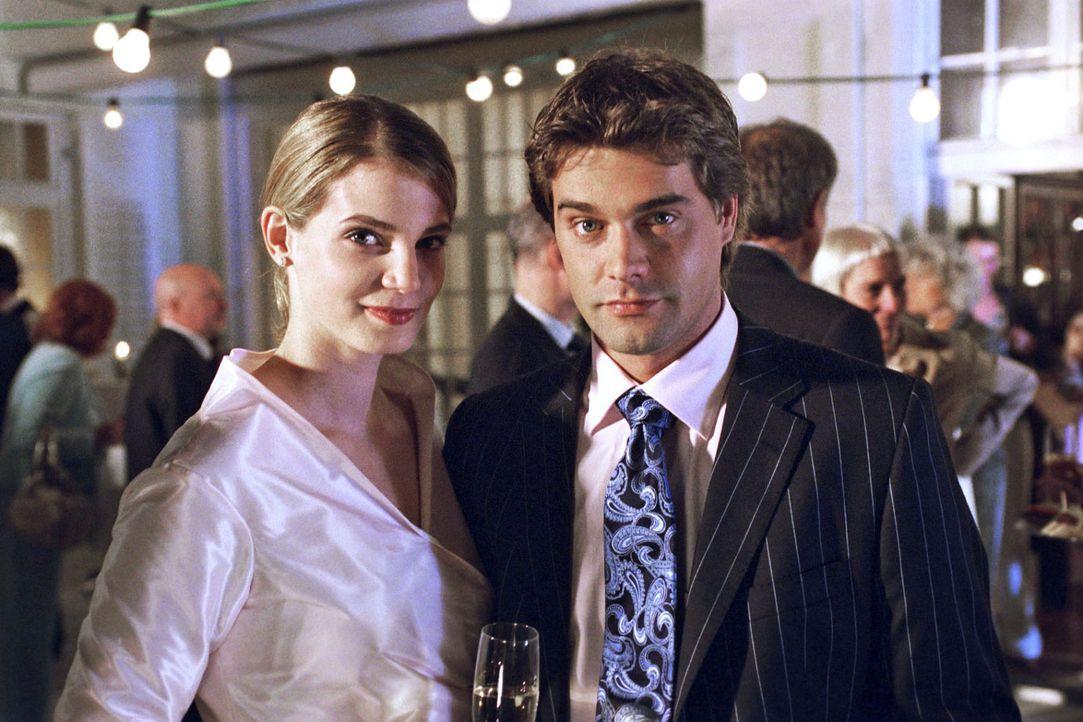 Kai (Raphaël Vogt, r.) und seine Verlobte Benita von Au (Rike Schmid, l.). - Bildquelle: Aki Pfeiffer Sat.1