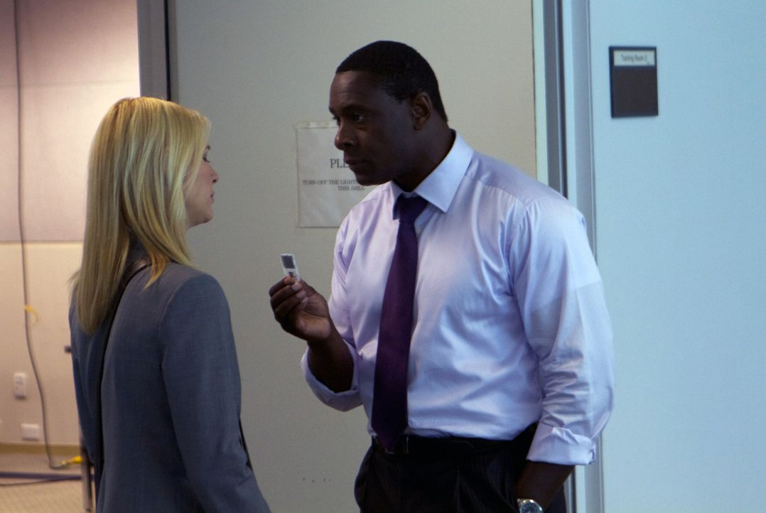 Die Agentin Carrie Mathison (Claire Danes, l.) bringt im Auftrag ihres Chefs David Estes (David Harewood, r.) ihre Freundin Lynne Reed in Gefahr ... - Bildquelle: 2011 Twentieth Century Fox Film Corporation. All rights reserved.