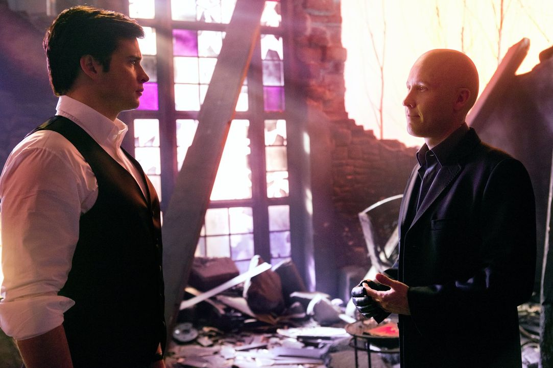 Voller Schock trifft Clark (Tom Welling, l.) auf den neu geklonten Lex Luthor (Michael Rosenbaum, r.) ... - Bildquelle: Warner Bros.