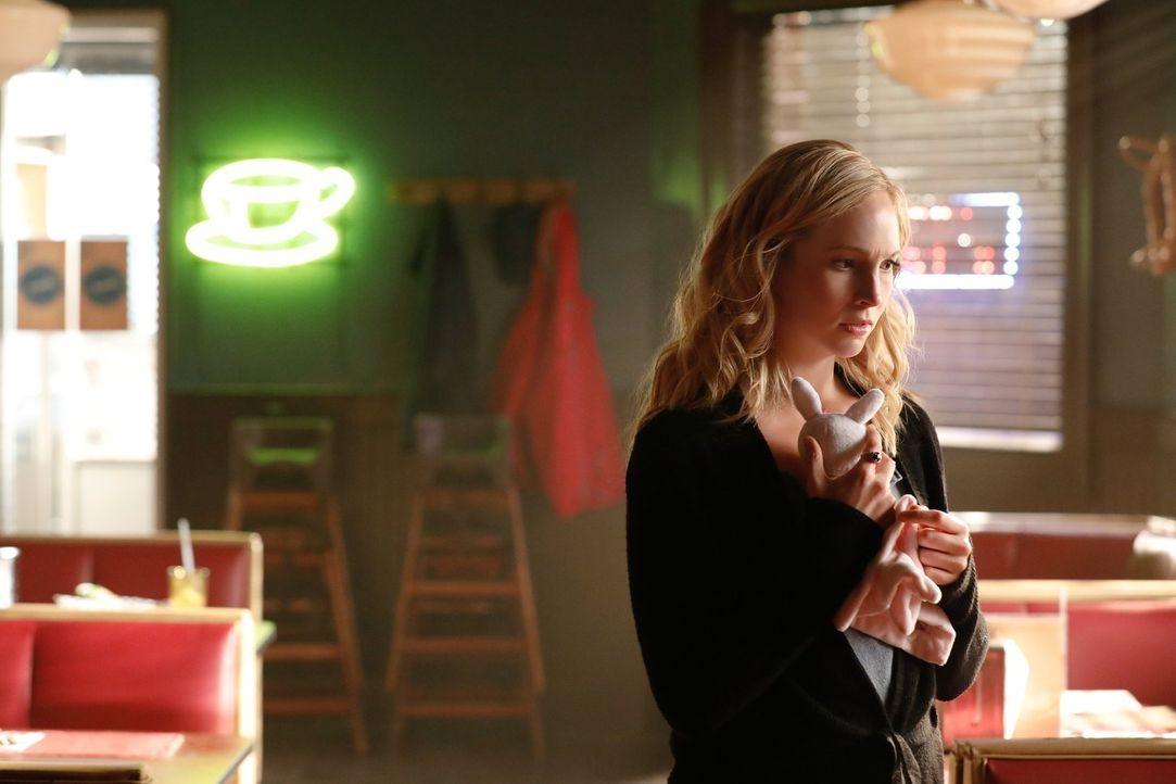 Caroline (Candice King) macht sich zusammen mit Alaric auf eine verzweifelte Suche nach Seline und ihren Kindern, unterdessen versuchen Bonnie und S... - Bildquelle: Warner Bros. Entertainment, Inc.