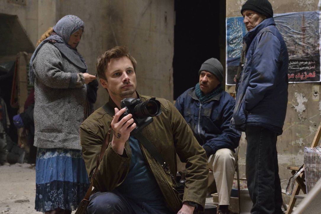 Ausgerechnet an seinem 30. Geburtstag hat der Kriegsfotograf Damien Thorn (Bradley James, vorne) während eines Auftrags in Syrien eine traumatische... - Bildquelle: Ben Mark Holzberg 2016 A&E Television Network, LLC. All rights reserved.