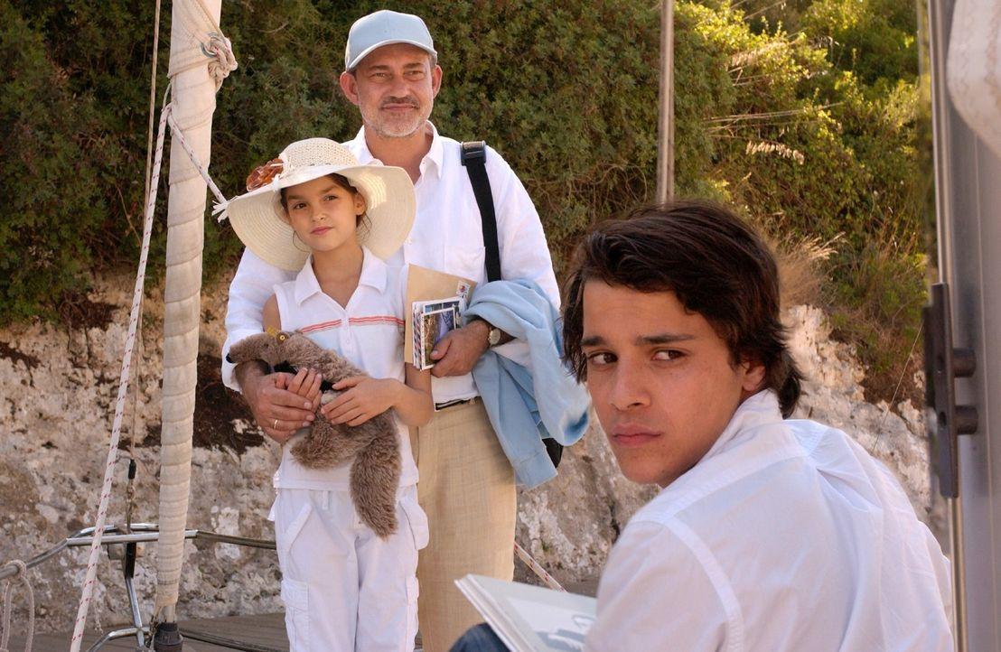 Familienurlaub auf Mallorca: Joe (Kostja Ullmann, r.), sein Vater Matthias (Rolf Kanies, M.) und seine Schwester Sarah (Luise Befort, l.). - Bildquelle: Rainer Bajo Sat.1