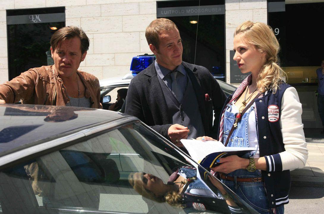 Die Suche nach dem Mörder führt die Kommissare (v.l.n.r.) Gerry (Johannes Zirner) und Tristan (Marc Ben Puch) in die Welt von ehemaligen Nationals... - Bildquelle: Erika Hauri SAT. 1
