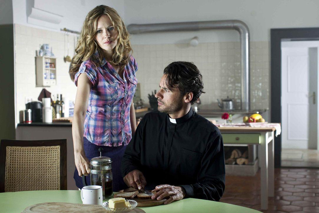 Noch ahnt  der junge Priester Gabriel (Stephan Luca, r.) nicht, dass seine neue Haushälterin im Dorf einen ziemlich schlechten Ruf hat. Denn Maria... - Bildquelle: SAT.1