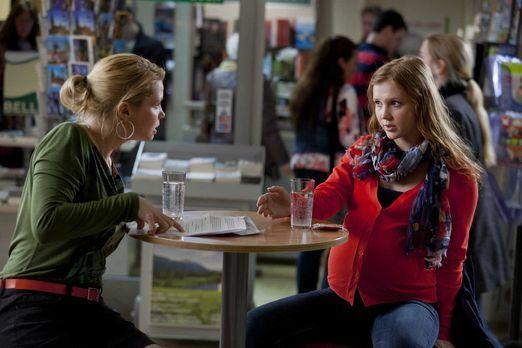 Die 19-jährige Larissa Plate (Isolda Dychauk, r.) ist hochschwanger und trägt...
