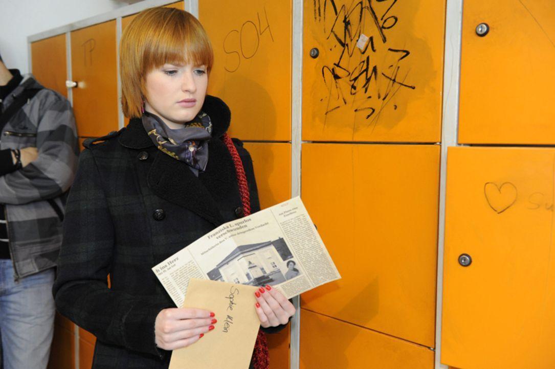 Sophie (Franciska Friede) findet an ihrem Spind einen Zeitungsartikel. in dem Bea Vogel des Mordes an Franziska verdächtigt wird. - Bildquelle: SAT.1