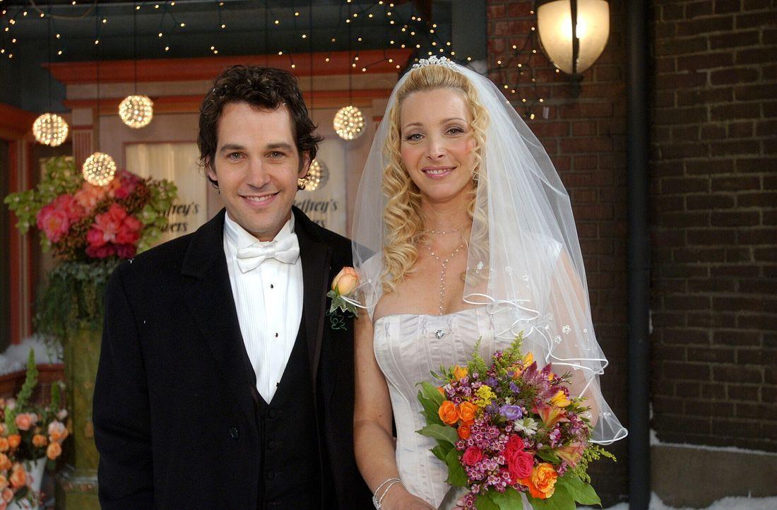 Endlich ist es soweit, Phoebe (Lisa Kudrow, r.) und Mike (Paul Rudd, l.) geben sich das Ja-Wort ... - Bildquelle: 2003 Warner Brothers International Television