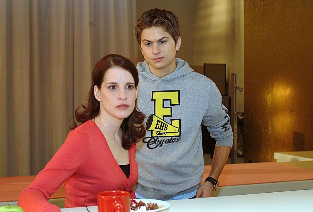 Timo (Matthias Dietrich, r.) muss seiner Mutter Inka (Stefanie Höner, l.) endlich den Autounfall gestehen, den er mit dem Firmenwagen hatte ... - Bildquelle: Sat.1