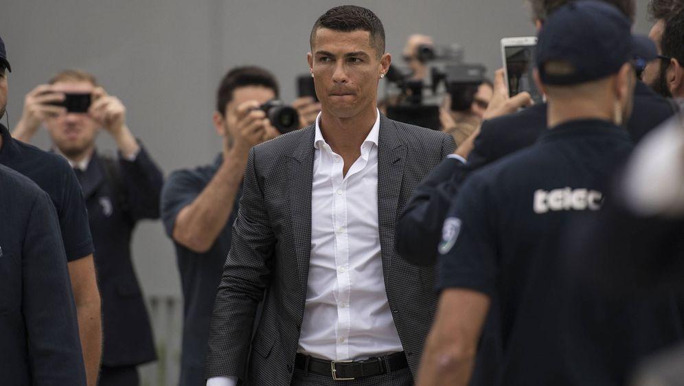 Cristiano Ronaldo ist beim Medizincheck in Turin - Bildquelle: imago