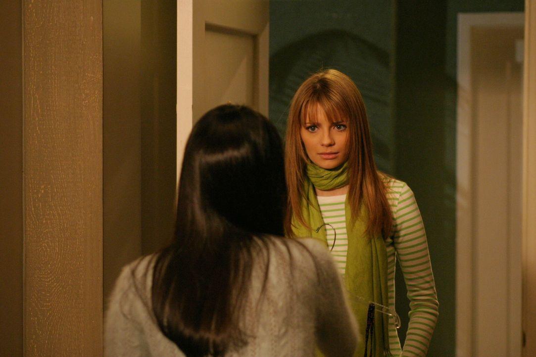 Um zu akzeptieren, dass Ryan eine andere liebt, versucht Marissa (Mischa Barton, r.) mit Theresa (Navi Rawat, l.) Freundschaft zu schließen ... - Bildquelle: Warner Bros. Television