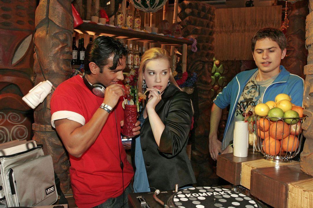 Timo (Matthias Dietrich, r.) beobachtet eifersüchtig, wie Kim (Lara-Isabelle Rentinck, M.) mit DJ Vin (Dejan Levi, l.) flirtet. - Bildquelle: Sat.1