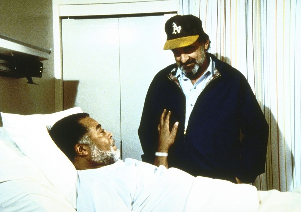 Gabe (James Earl Jones, l.), der eine Herzattacke erlitten hat, bittet Mark (Victor French, r.), ihn so schnell wie möglich aus dem Krankenhaus her... - Bildquelle: Worldvision Enterprises, Inc.