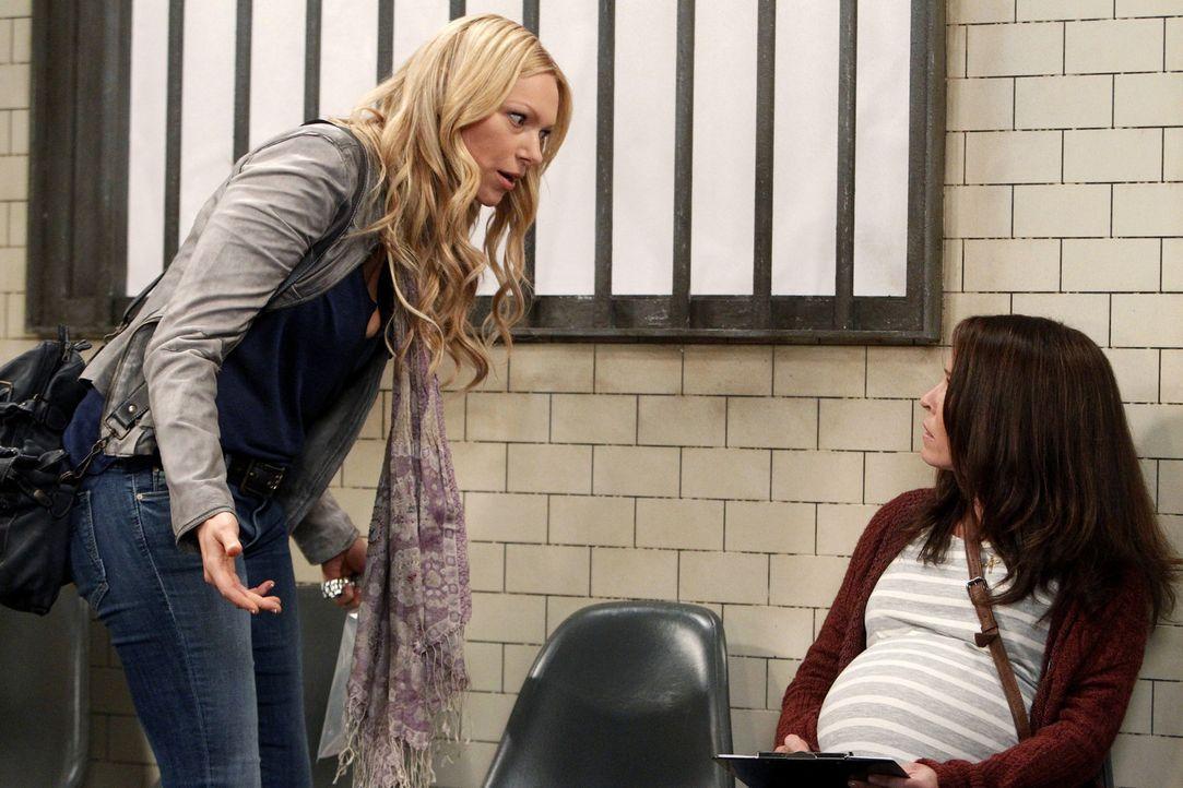 Nachdem Chelsea Newman (Laura Prepon, l.) wegen Trunkenheit am Steuer im Gefängnis landet, muss ihre hochschwangere Schwester Sloane (Chelsea Handl... - Bildquelle: Warner Brothers