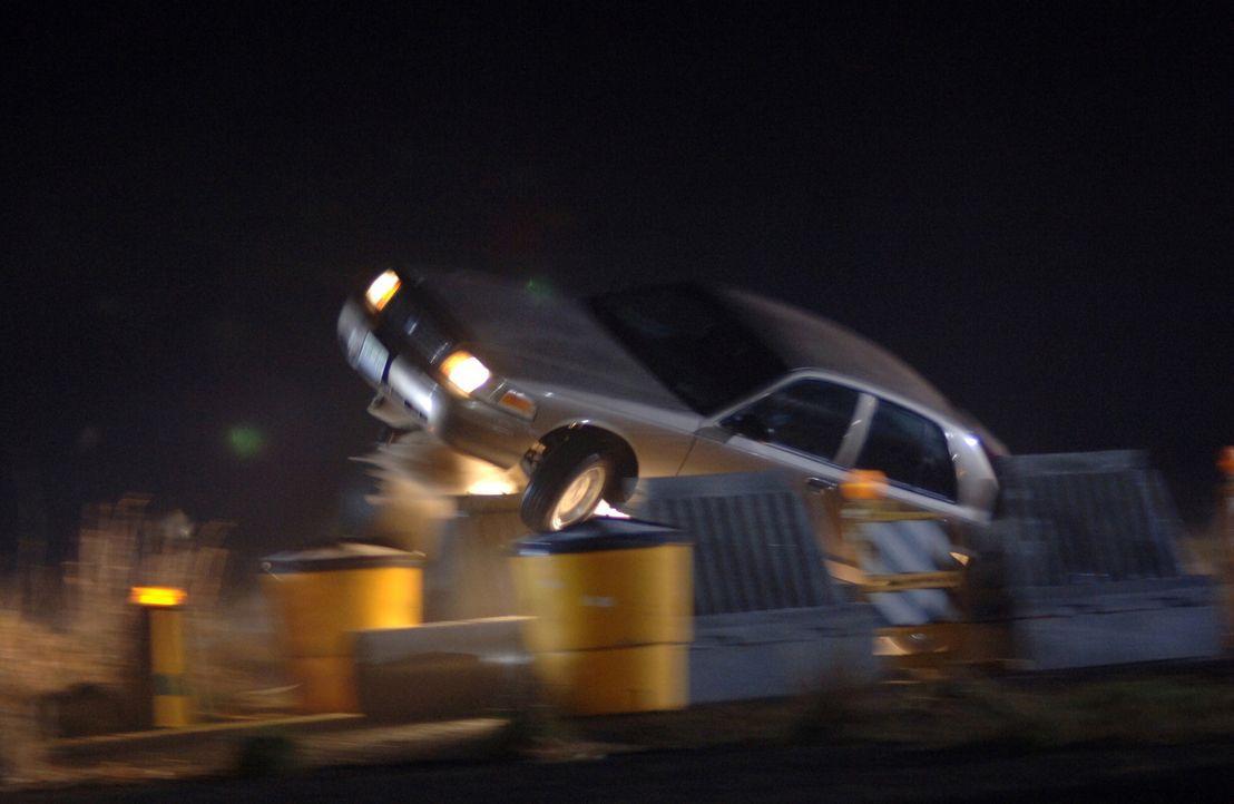 Ein mysteriöser Truck, drängt unschuldige Autofahrer von der Fahrbahn ... - Bildquelle: Warner Bros. Television