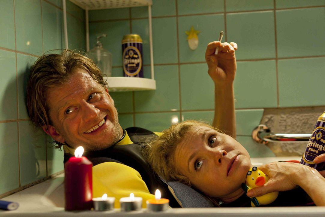 Genießen die gemeinsame Zeit: Danni (Annette Frier, r.) und Josh (Andreas Guenther, l.) ... - Bildquelle: SAT.1