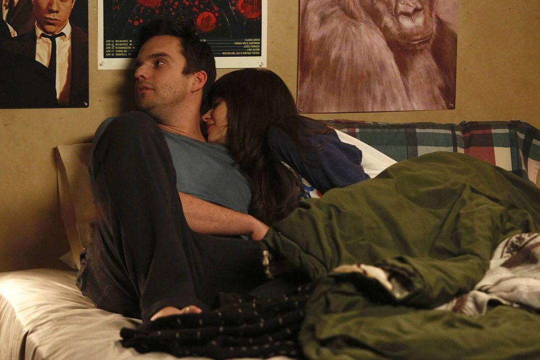 Solange Jess (Zooey Deschanel, r.) ein Pistons-Fan ist, weigert sich Nick (Jake M. Johnson, l.), mit ihr zu schlafen. Doch wird sich Jess das gefall... - Bildquelle: 2014 Twentieth Century Fox Film Corporation. All rights reserved.