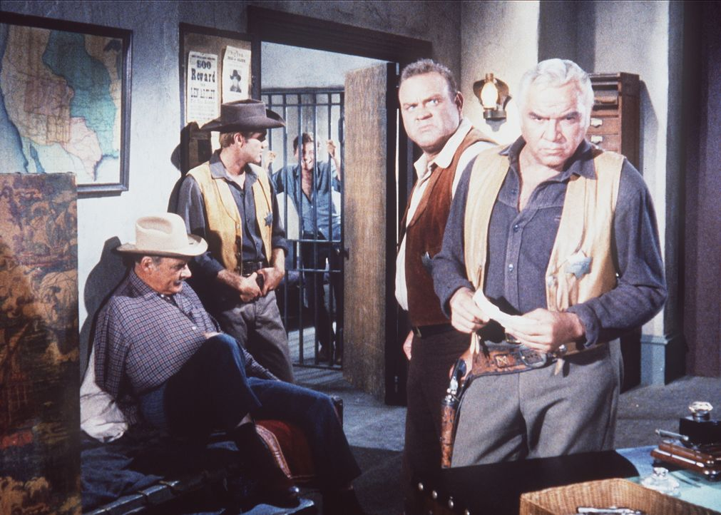 Haben ein echtes Problem: Sheriff Coffee (Ray Teal, l.), Ben (Lorne Greene, r.), Little Joe (Michael Landon, 2.v.l.) und Hoss (Dan Blocker, 2.v.r.)... - Bildquelle: Paramount Pictures